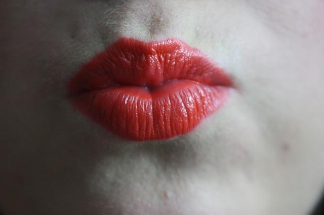 kiss-562556_640
