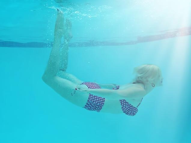 woman-underwater-842135_640