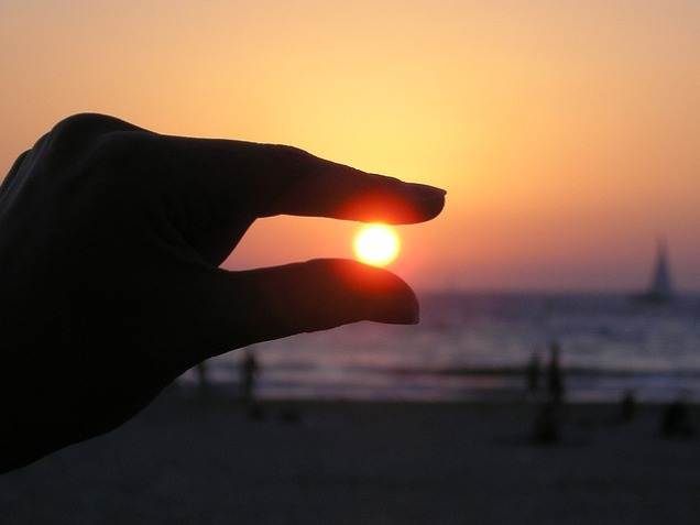sun-in-the-hand-615285_640